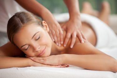 jonde dame geniet van een massage