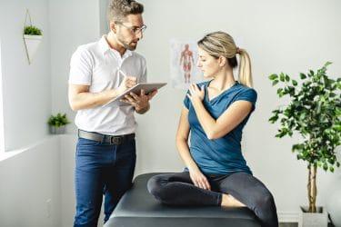 massagetherapeut voert een intake voor een massage uit