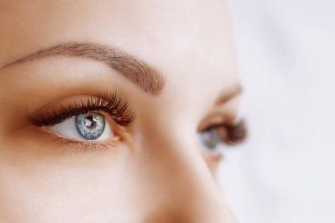 oog van vrouw met mooie wimpers