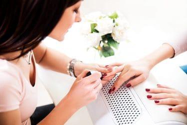 manicure lakt nagels in nagelstudio