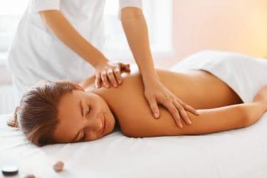 vrouw ontvangt manuele lymfedrainage