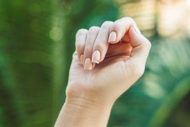 hand met gebroken vingernagel