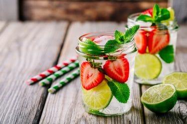 munt in zomers drankje als heilzaam kruid in de zomer vanwege de verfrissende werking