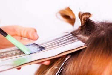 kapper brengt mallen streak aan