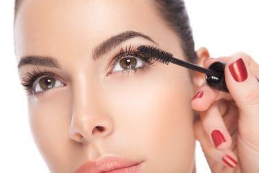 vrouw brengt mascara aan
