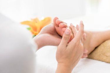 Een van de aanbevolen massages in de zomer is de Thaise voet- en onderbeenmassage