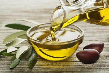 olijfolie wordt in een kommetje geschonken.