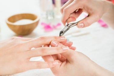 manicure verwijderd losse velletjes bij nagelriemen met een velletjestang
