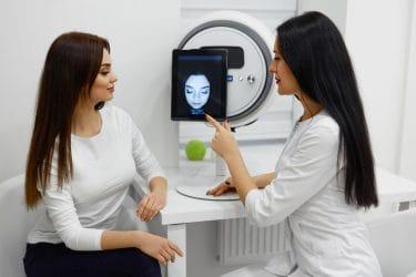 huid expert maakt huidanalyse met huidanalyse apparaat