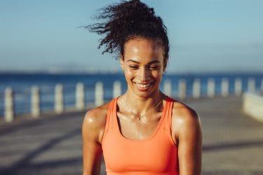 sportieve vrouw is aan het zweten na inspanning