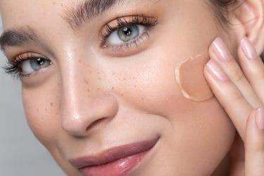vrouw brengt foundation aan op haar gezicht