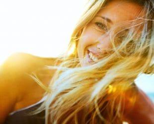 vrouw met oranje schijn in het haar