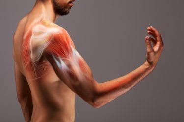 Man heeft last van spierknopen in de schouderspier