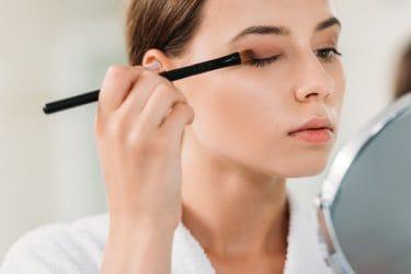 vrouw brengt oogschaduw aan