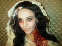 jonge vrouw als Halloween zombie bruidje