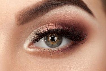 close-up van mooi opgemaakt oog voor een Bambi effect