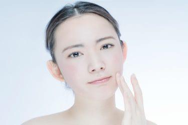 Vrouw brengt dagcrème aan met ceramiden