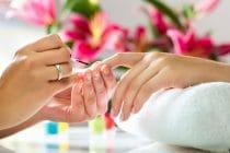 Nagelstyliste verzorgt nagels van klant .
