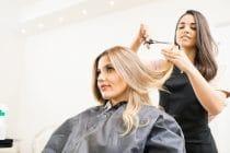 mobiele kapper knipt thuis het haar van een klant