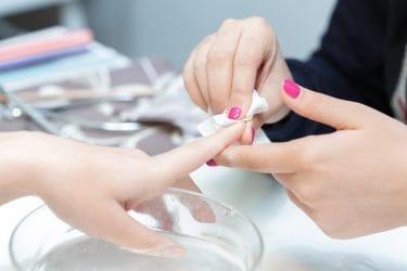 nagelstylist ontvet nagels om het chippen van gelnagels te voorkomen
