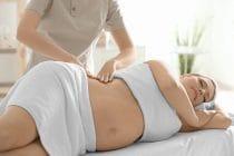 zwangere vrouw ontvangt een professionele zwangerschapsmassage