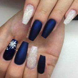 nail art voor kerst met blauwe gelnagels gecombineerd met witte glitter gel