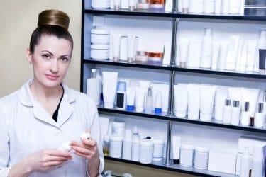 schoonheidsspecialiste met huidverzorgingsproducten