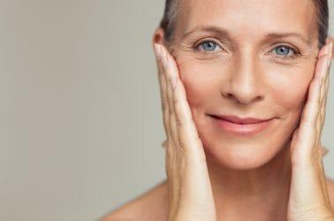 50-plus vrouw met mooi verzorgde huid.