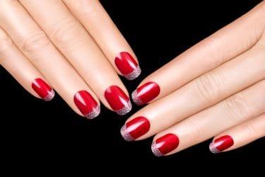 Rode French manicure als feestelijke nail art voor kerst