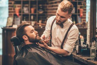 barber verzorgt baard en kapsel volgens de laatste trends