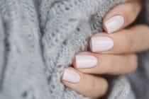 Mooi verzorgde korte gelnagels met een lichte kleur waardoor de nagels optisch langer lijken.
