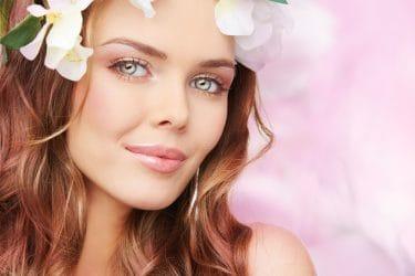 Jonge dame met een frisse lente make-up look