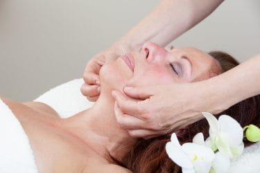 Vrouw ondergaat behandeling voor huidverjonging zonder cosmetische ingreep