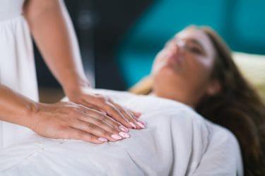 Leer tijdens de cursus chakratherapie de chakra's aanvoelen.