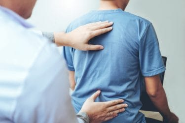 Therapeut voert een behandeling bone setting uit.