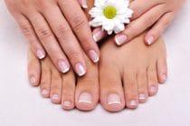 Laat broze nagels behandelen door een professionele manicure/pedicure.