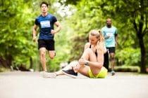 Jonge vrouw valt tijdens het rennen en heeft een verstuikte enkel.