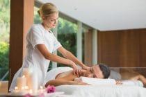 Massagetherapeut behandelt klant met een ontspannende massage