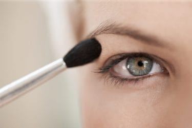 Make-up tips om hangende oogleden te corrigeren.