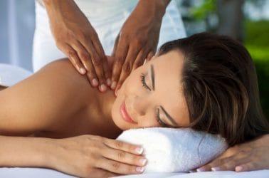 Vrouw ondergaat een ontspannende massage