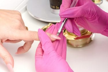 Met tips of sjablonen kun je nagels verlengen.