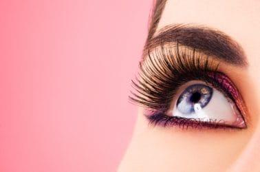 Close-up van oog met prachtige volle wimpers.