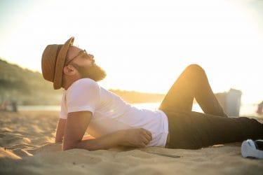 Man met een zomer-proof baard op het strand