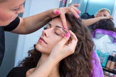 Wenkbrauwstyliste oefent nti-aging wenkbrauw styling technieken