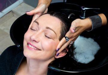 vrouw ondergaat een anti-aging haarverzorging